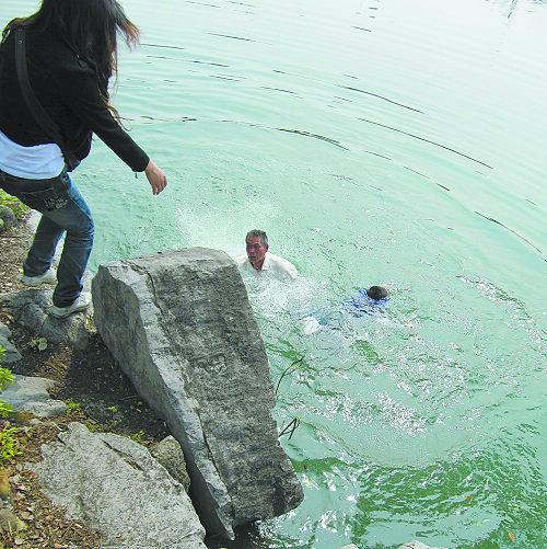 油画湖边石头画法步骤