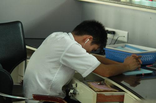 机场工作人员上班趁空闲的时候看看电子书.