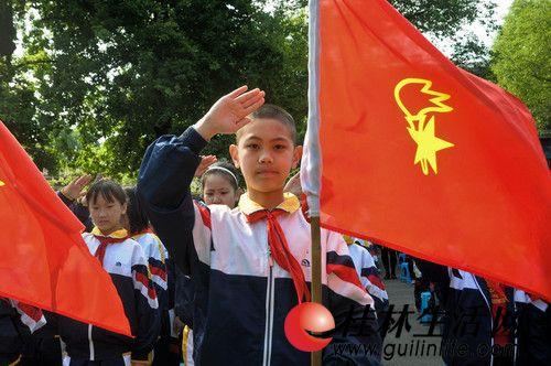 图为少先队队员行少先队礼-桂林市少先队喜迎中国共产党成立90周年