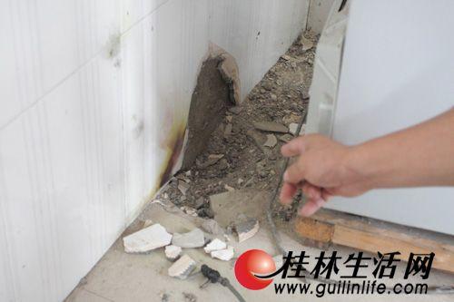 王先生后来发现,客厅大理石地板砖铺设的地面,被炸开一个直径约30厘米