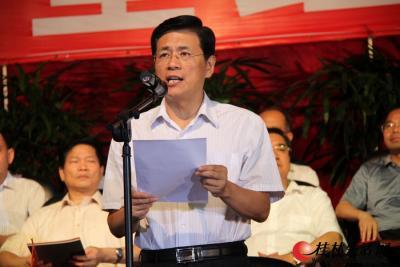 """6月28日晚上8点,由桂林市委、市政府主办的""""颂歌献给党""""——桂林市庆祝中国共产党成立90周年大型红歌会在市体育馆隆重举行。图为桂林市市长李志刚主持红歌会。"""
