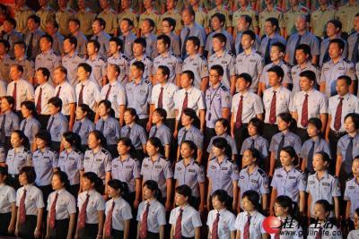 """6月28日晚上8点,由桂林市委、市政府主办的""""颂歌献给党""""——桂林市庆祝中国共产党成立90周年大型红歌会在市体育馆隆重举行。图为桂林警备区、桂林市公安局、桂林市中级人民法院、桂林市人民检察院合唱歌曲《团结就是力量》。"""