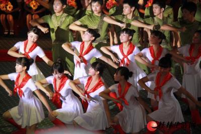 """6月28日晚上8点,由桂林市委、市政府主办的""""颂歌献给党""""——桂林市庆祝中国共产党成立90周年大型红歌会在市体育馆隆重举行。图为桂林中学为歌曲《在灿烂的阳光下》伴舞。"""
