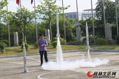 企业现场为前来参观考察的与会人员展示发射模拟火箭。