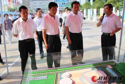 市领导在查看中华桂林航天城的规划模型。
