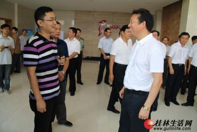 市委书记刘君和年轻的技术人员亲切交流
