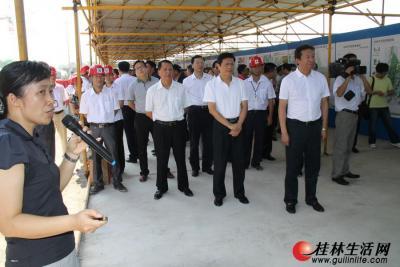 市领导在创业大厦工地听取桂林世界旅游城规划建设工作汇报。