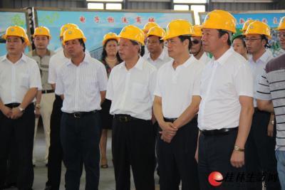 图为市领导在参观考察桂林福达集团有限公司锻造中心