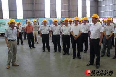 图为桂林福达集团董事长黎福超汇报公司发展情况