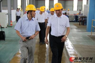 图为刘君书记在桂林福达集团董事长黎福超的陪同下考察锻造车间生产情况