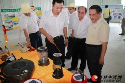 在兴安光伏产品展示区,副市长周卫在认真查看造型别致的太阳能灯具。