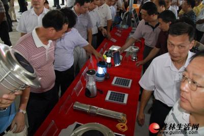 各种各样的太阳能光伏产品让参观的人员很感兴趣