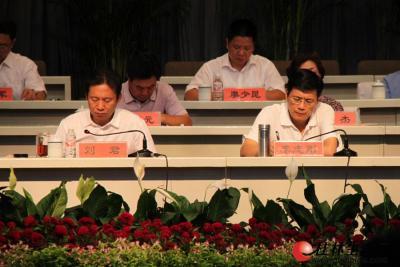 7月26日下午,全市年中工作会议在市直机关小礼堂举行。图为市委书记、市人大常委会主任刘君,市委副书记、市长李志刚在听取县(区)发言汇报。