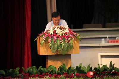 7月26日下午,全市年中工作会议在市直机关小礼堂举行。图为平乐县委书记陈国禄在汇报平乐县上半年的工作及做法和下半年的工作打算。