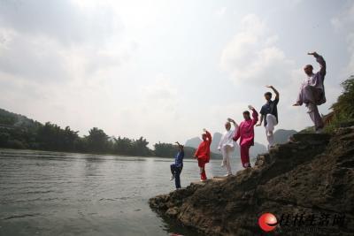 马克和武校的师傅学员经常来到漓江边练习太极。