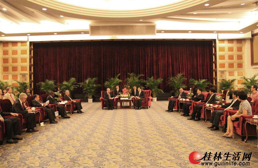 李志刚市长在漓江大瀑布饭店银河厅会见驻华使节团。