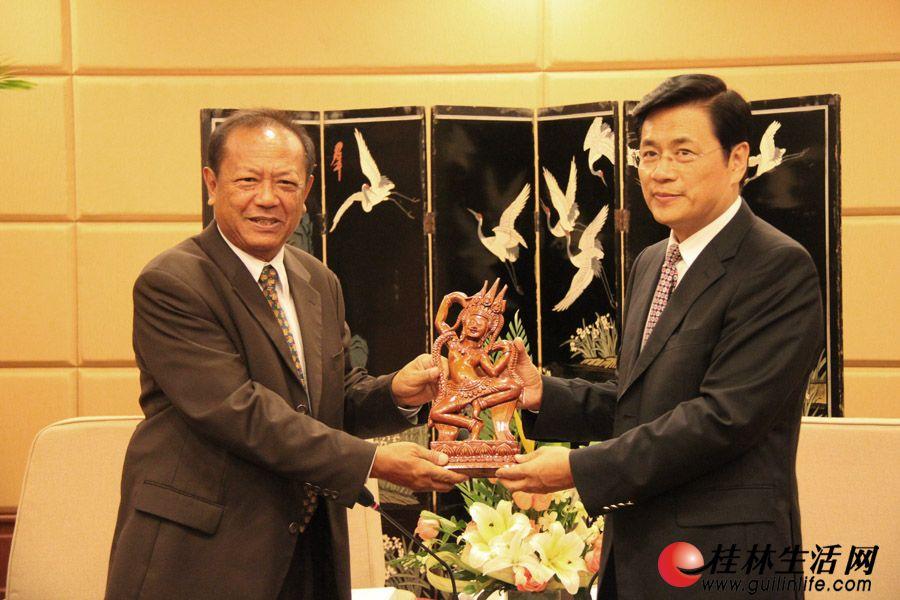 李志刚市长在喜来登饭店桂林厅会见柬埔寨国家旅游局副局长潘·真达拉,并互相交换礼品。