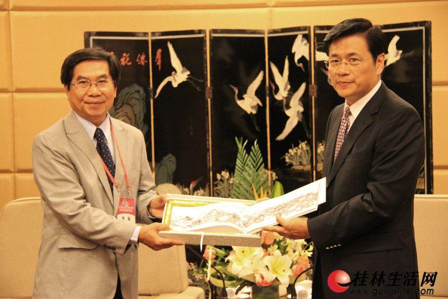 李志刚市长在喜来登饭店桂林厅会见老挝国家旅游局副局长苏卡松·泼提桑,并互相交换礼品。