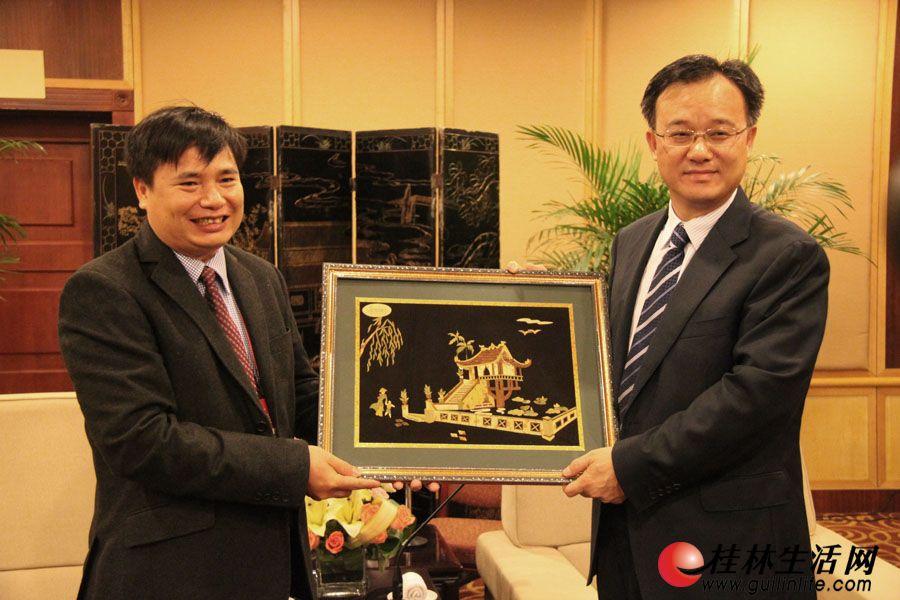 黄俊华常务副市长与越南国家旅游局旅游业管理司副司长阮英俊交换礼品。