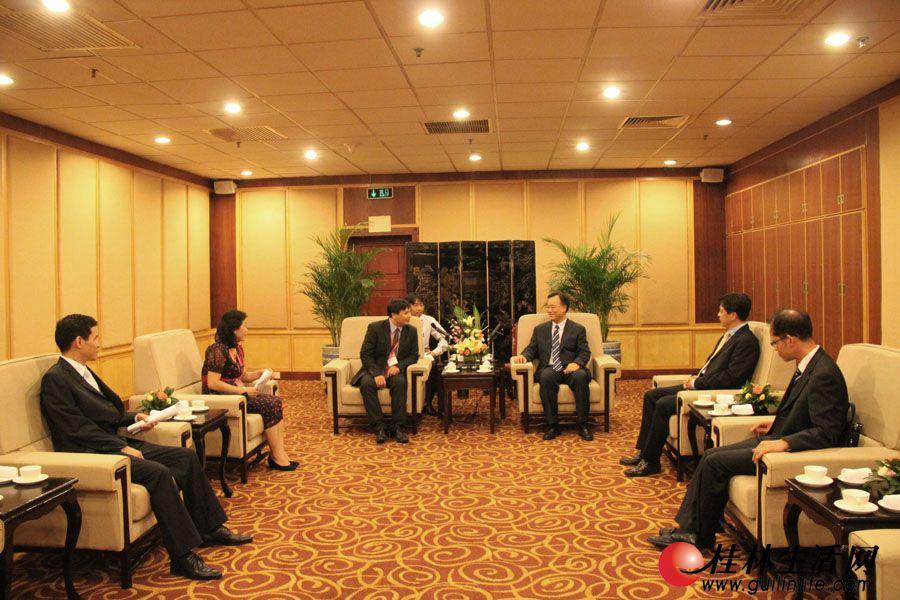 黄俊华常务副市长在喜来登饭店北京厅会见越南国家旅游局旅游业管理司副司长阮英俊。