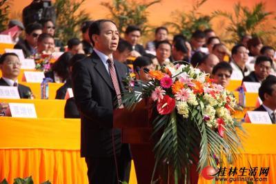 自治区代表团副秘书长、自治区人民政府副秘书长蒋家柏宣读自治区贺电