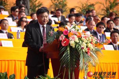 自治区民委副主任周健宣读全国人大民委、国家民委祝贺团贺电
