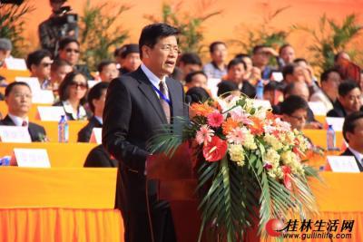 桂林市代表团团长、市长李志刚宣读桂林市贺信