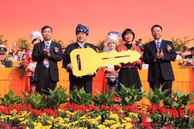 桂林市代表团副团长粟增林(右一)、潘永健(左一)向龙胜各族自治县递交环卫车钥匙