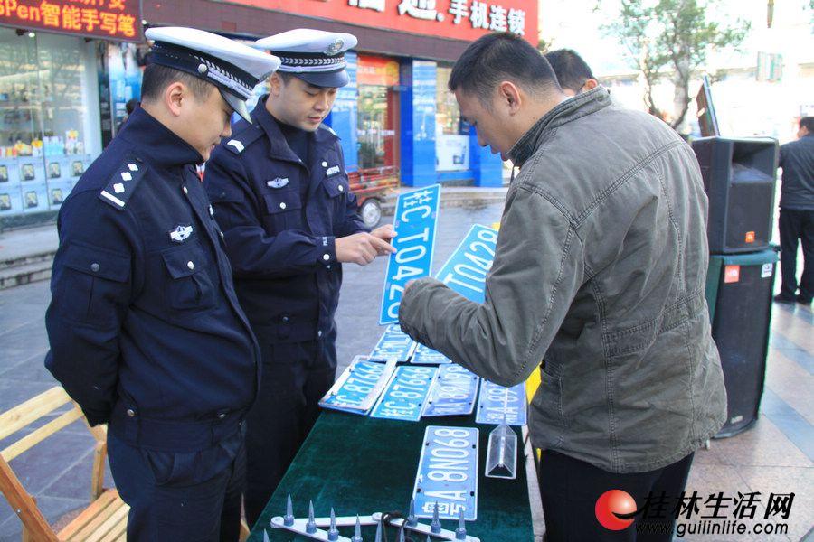 交警给市民讲解如何辨别假车牌