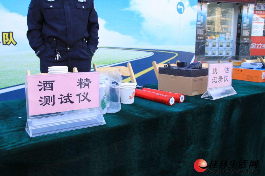图为酒精测试仪和执法记录仪