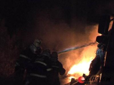 消防官兵正在紧张灭火救援