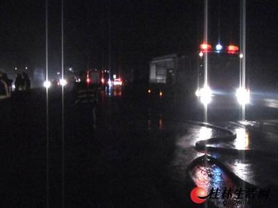 消防交警部门正在处理事故