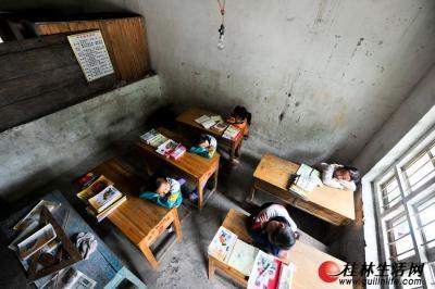 孩子们在狭窄的教室里午休。记者游拥军 摄