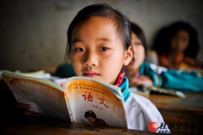 虽然教室简陋,但孩子们学习时都很认真。记者游拥军 摄