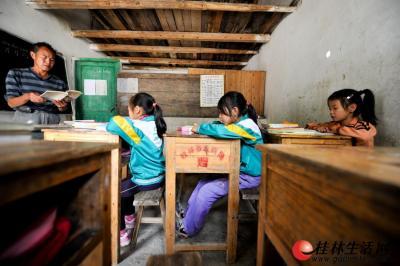 教室太小,课桌间异常的窄。记者游拥军 摄