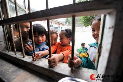那么小的教室,经常引来其他年级的孩子前来参观。记者游拥军 摄