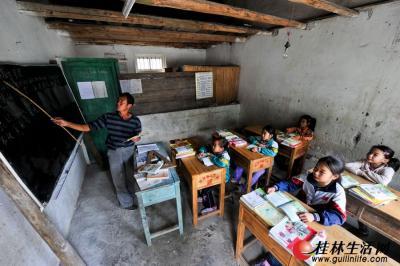 在8平米的教室里,老师给5名孩子上着课。记者游拥军 摄