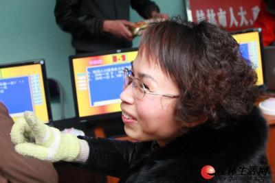 1月29日下午,与会人员报到现场设有有奖问答,委员抽空答题。 记者刘教清 摄