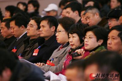 委员们聚精会神地听取大会报告。记者李凯 摄
