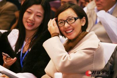 特邀委员欧阳夏丹回到家乡参政议政,当然很开心。记者李凯  摄