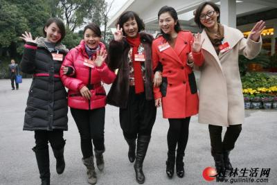 """1月30日,记者在两会会场见到了前来参加中国人民政治协商会议桂林市第四届委员会第二次会议的""""五朵金花"""",从左至右:李婷、莫慧兰、罗宁娜、文清、欧阳夏丹手挽着手,踏着春风向人们走来。记者李凯 摄"""