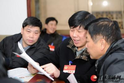 1月30日下午,政协委员们在小组讨论中积极发言。 记者唐艳兰 摄