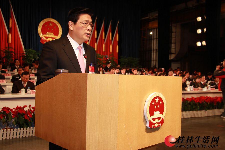 在热烈的掌声中,市长李志刚代表桂林市人民政府向大会作工作报告。
