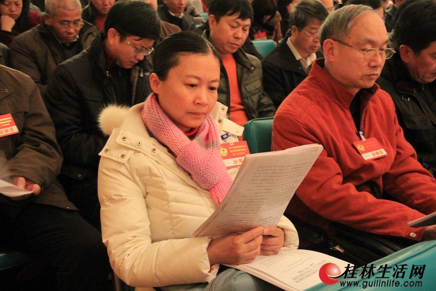 列席会议的政协委员认真听取报告