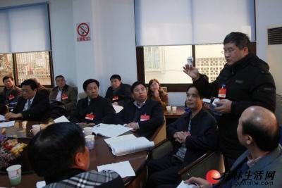 在1月31日下午的分团审议中,这位政协委员拿出一个节能灯泡做演示,建议加大光伏产业的投入。记者刘教清 摄