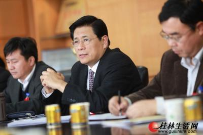 1月31日下午,市长李志刚(中)参加恭城代表团的审议。 记者刘教清 摄