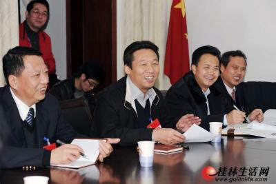 1月31日下午,市委书记、市人大常委会主任刘君(右二)参加政协小组讨论。记者唐艳兰 摄