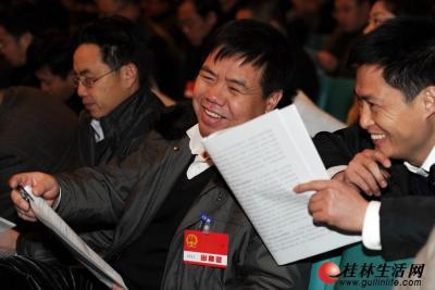 人大代表听取《政府工作报告》后,心情振奋。记者唐艳兰 摄
