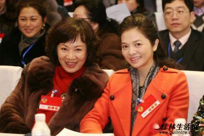 会场内,文清(右)、罗宁娜看到记者拍照开心地笑起来。 记者李凯 摄