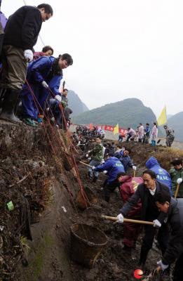 市民参加冬春水利建设。记者唐艳兰 摄